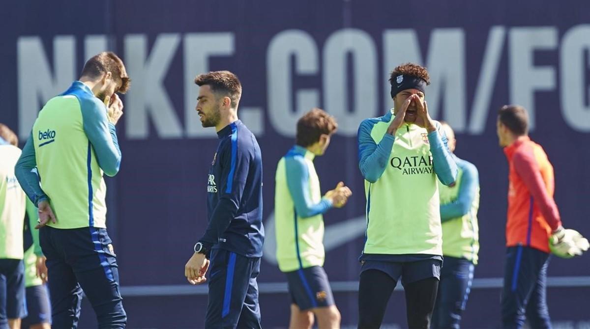 La plantilla del Barça, en el inicio de un entrenamiento.