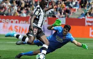 Bounou, en acción, durante el Girona-Levante de la Liga 2017-2018.