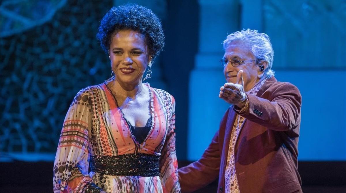 El cantautor brasileñó Caetano Veloso y la cantante Teresa Cristina, en el concierto del GuitarBCN en elPalau de la Música.