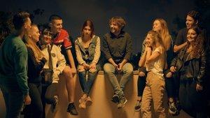 Jordi Évole junto al grupo de jóvenes con los que hablará de sexo en la nueva entrega de Sálvados.