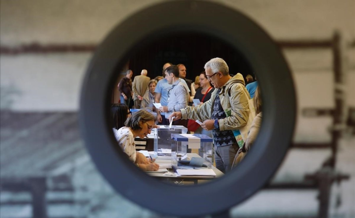 Jornada electoral en el Centre Cívic La Sedeta.