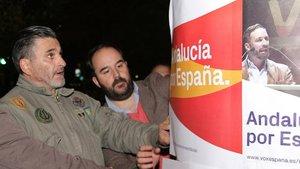 José María Tejero Muñoz-Torrero, a la izquierda, colocando un cartel de VOX