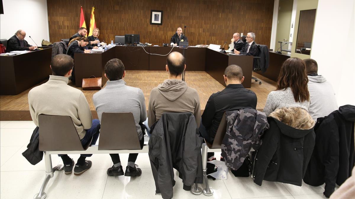 Los seis acusados sentados en el banquillo de los acusados, este miércoles.
