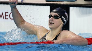 Katie Ledecky celebra la victoria en los 200 libre.