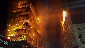 Espectacular ensorrament d'un edifici de 24 pisos a São Paulo