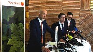 Lars Idermark (centro), expresidente de Swedbank, en una rueda de prensa en marzo.