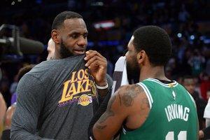 Lebron James conversa con su excompañero Irving al concluir el partido. Los Celtics asaltaron el Staples