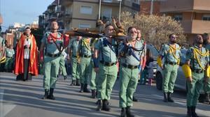 Exlegionarios llevan a un Cristopor las calles de LHospitalet el 2015.