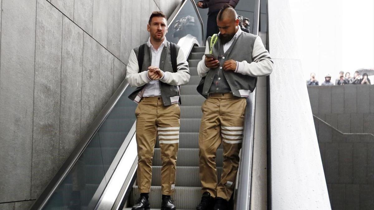 El 'look' de Leo Messi y Arturo Vidal a su llegada a Madrid.