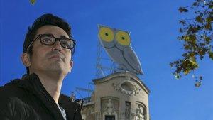Leo Villoro posa bajo la atenta e hipnótica mirada del búho de Rótulos Roura.