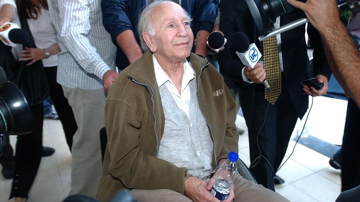 El líder de Colonia Dignidad, Paul Schäfer, detenido en Buenos Aires en el 2005.