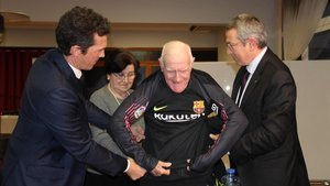 Llopis, con la camiseta, ayudado por Guillermo Amor y Pau Vilanova.
