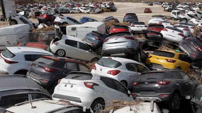 Los coches se acumulan junto a la carretera tras el temporal que azota el sureste peninsular.