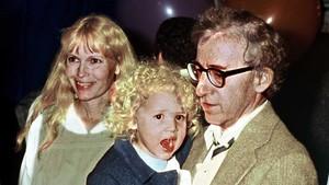 Woody Allen, Mia Farrow y la paqueña Dylan Farrow, en 1987.