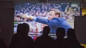 Los canteranos del Barça asisten, en el auditorio de La Masia, a la charla sobre Johan Cruyff.