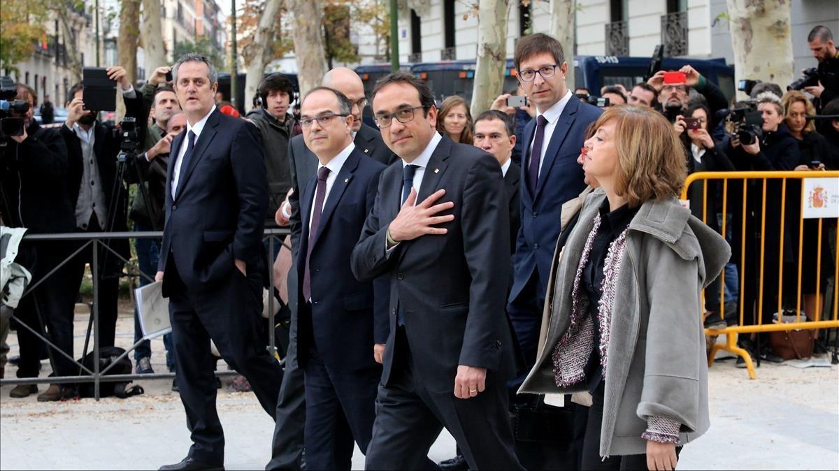 Los 'exconsellers' de la Generalitat de Catalunya Joaquim Forn, Raül Romeva, Jordi Turull, Carles Mundó, Josep Rull, Dolors Bassa y Meritxell Borràs, a su llegada a la Audiencia Nacional.