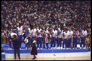 Los integrantes del dream team reciben de Samaranch la medalla de oro.