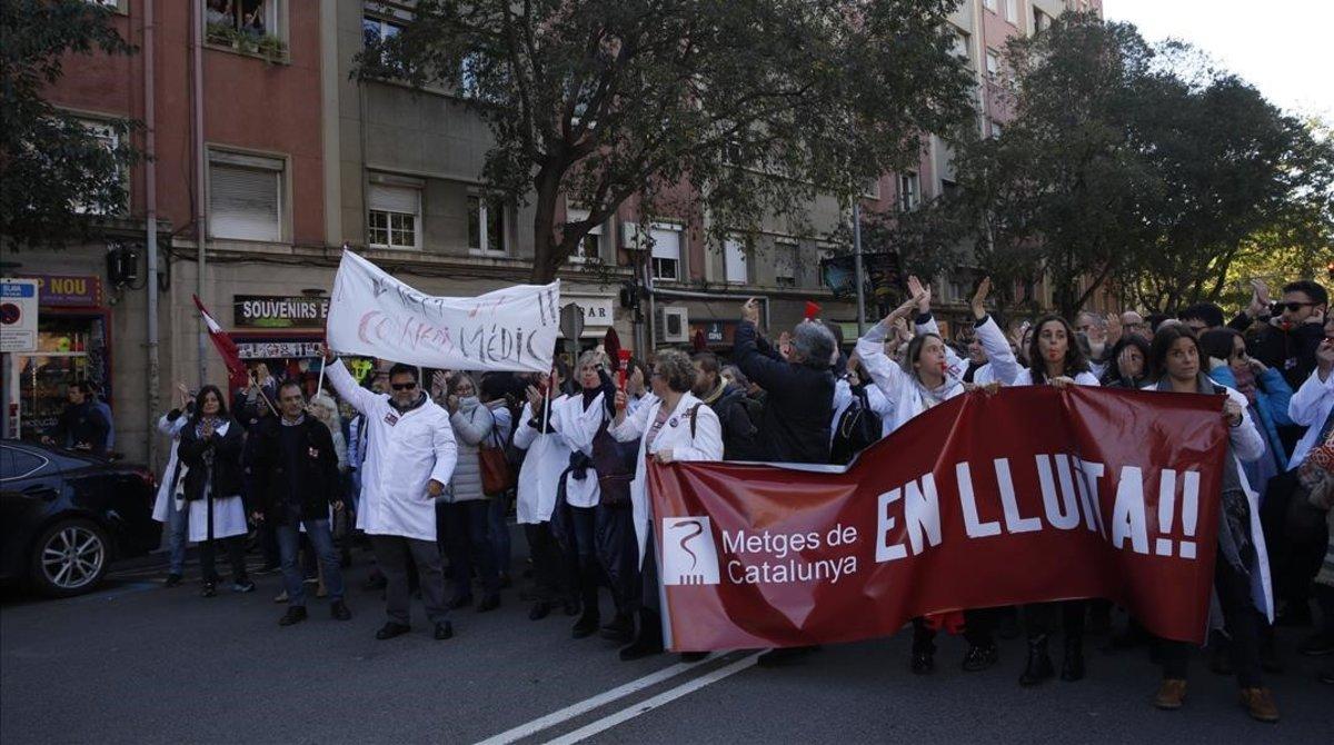 Los médicos en huelga cortan la Travessera de Gràcia durante su protesta.