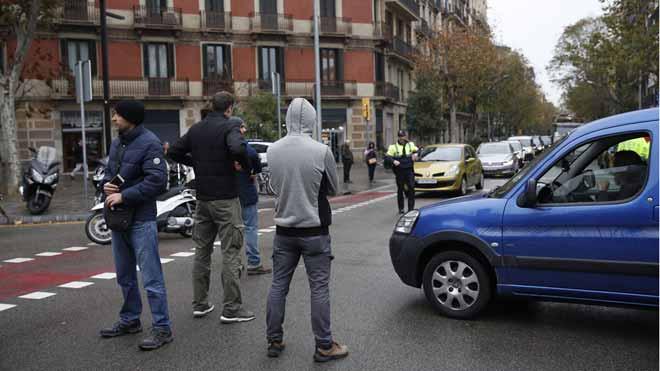 Los Mossos se encierran en la Conselleria dInterior y cortan el tráfico en el paseo Sant Joan.