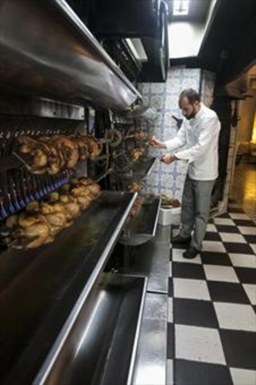 Los pollos de Chez Cocó, haciéndose a fuego lento.