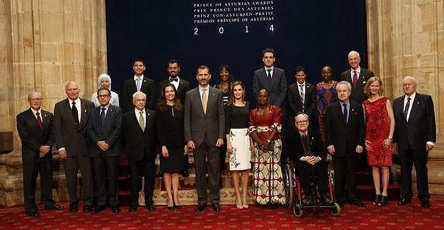 Los Reyes posan con los galardonados con los Premios Príncipe de Asturias, este viernes en Oviedo.