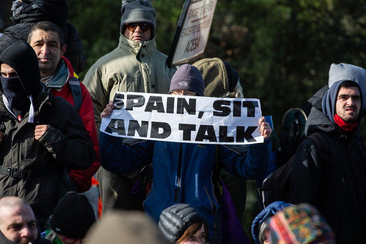 Manifestantes, en una movilización convocada por Tsunami Democràtic en La Jonquera, el 12 de noviembre.
