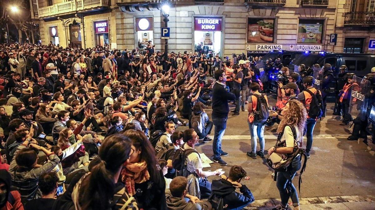 Manifestantes en Via Laietana, el sábado.