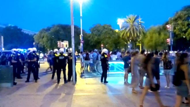 Operació policial nocturna contra el 'top manta' a la Barceloneta
