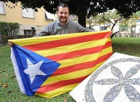 Matteo Salvini, con una 'estelada' en el patio de su casa.