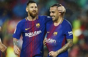 Messi felicita a Alcácer, que dedicó el gol a su mujer, tras marcar contra el Sevilla