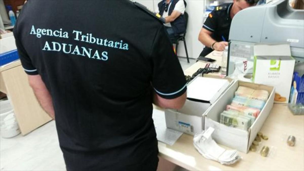 Miembros de la Agencia Tributaria, durante el registro de ayer de una de las discotecas de Eivissa.