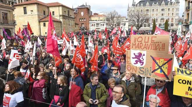 Miles de leoneses salen a la calle para exigir un futuro para la provincia.