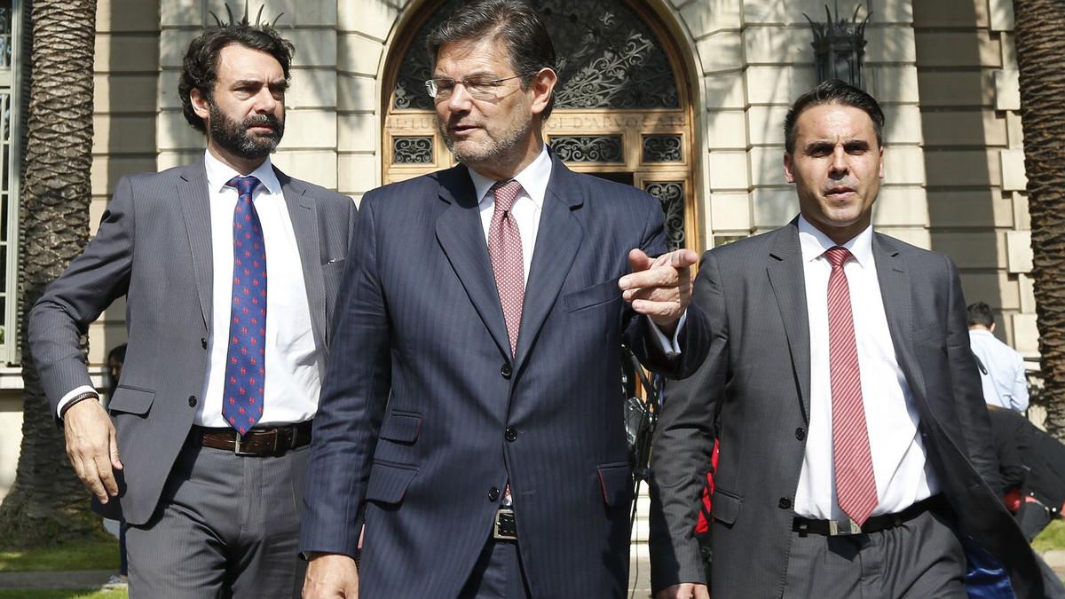 El ministro Rafael Catalá (centro) este jueves, en Barcelona.