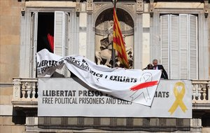 El momento en que era sustituida la pancarta en la fachada de la Generalitat.
