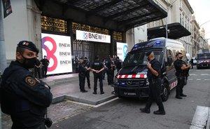 Unos mossos junto a una furgoneta policial en los alrededores de la estación de França.