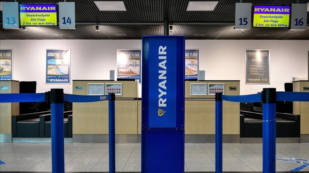 Mostradores de Ryanair vacíos este jueves, en el aeropuerto alemán de Baja Renania, en Weeze.