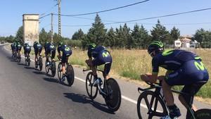 El equipo Movistar prepara la contrarreloj por los alrededores de Nîmes.