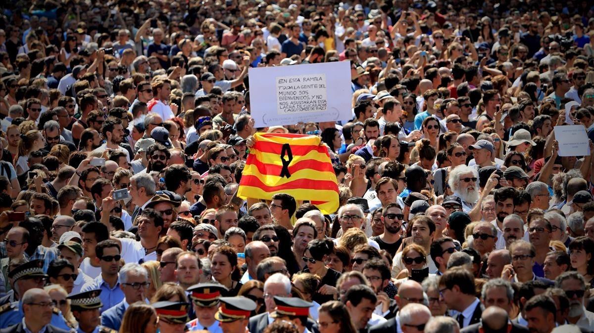 Multitudinario minuto de silencio en Plaza de Catalunya. FERRAN NADEU