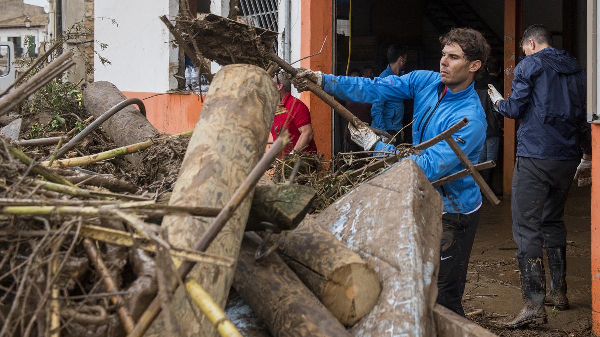 Rafa Nadal, un veí més netejant fang de Sant Llorenç després de les pluges mortals de Mallorca