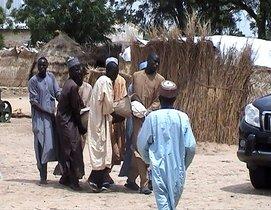 Personas trasladan a las víctimas de un atentado yihadista en Nigeria.