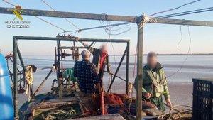 La 'màfia de l'angula' crema un barco científic com a «venjança» després d'un cop policial