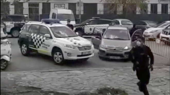 Los vecinos de Granada captaron en diversas grabaciones efectuadas con sus teléfonos cómo fue el operativo policial.