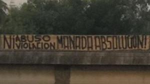 Pancarta colgada en Sevilla donde se pide la absolución de La Manada.