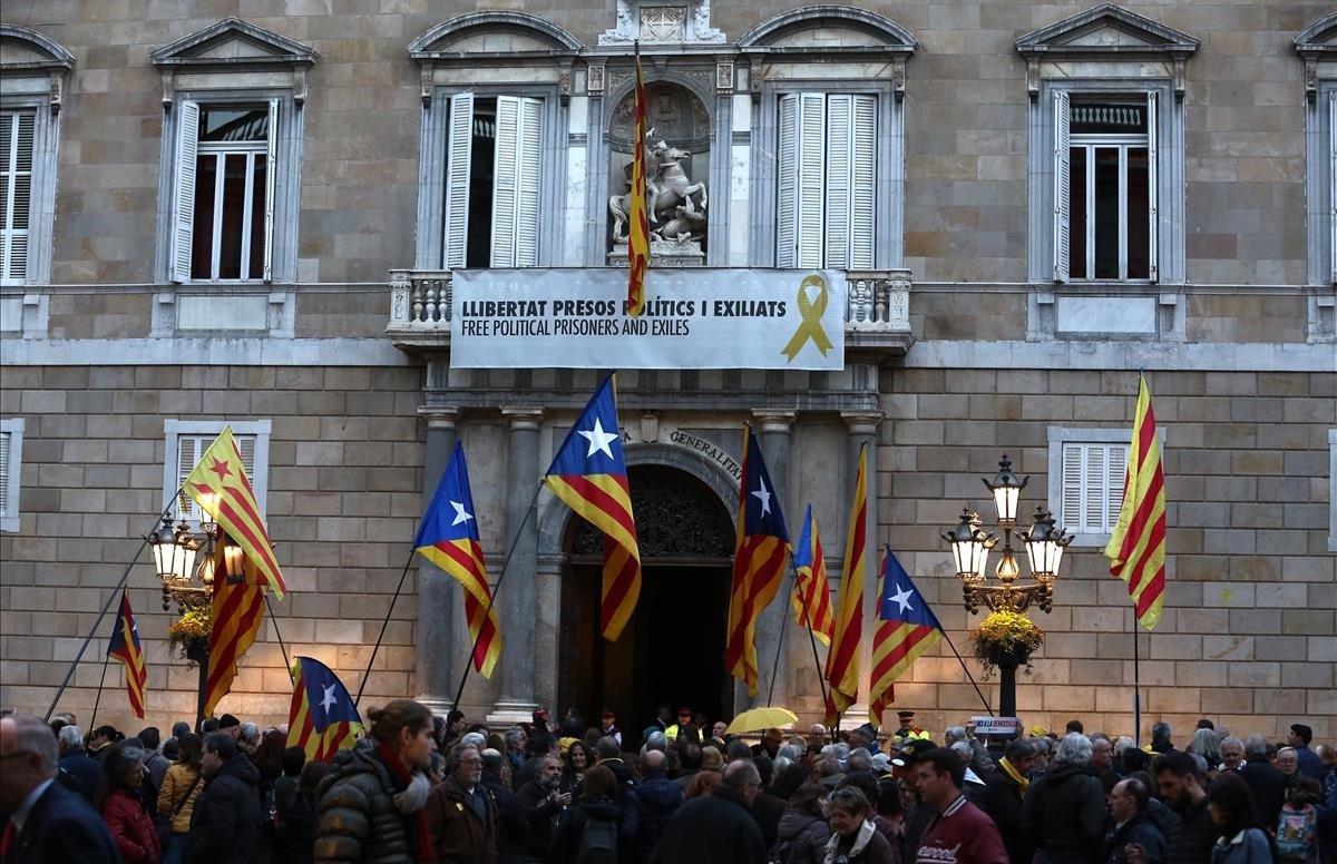 Pancarta en el palacio de la Generalitat, este martes, en la que se pide la libertad de los políticos independentistas presos.