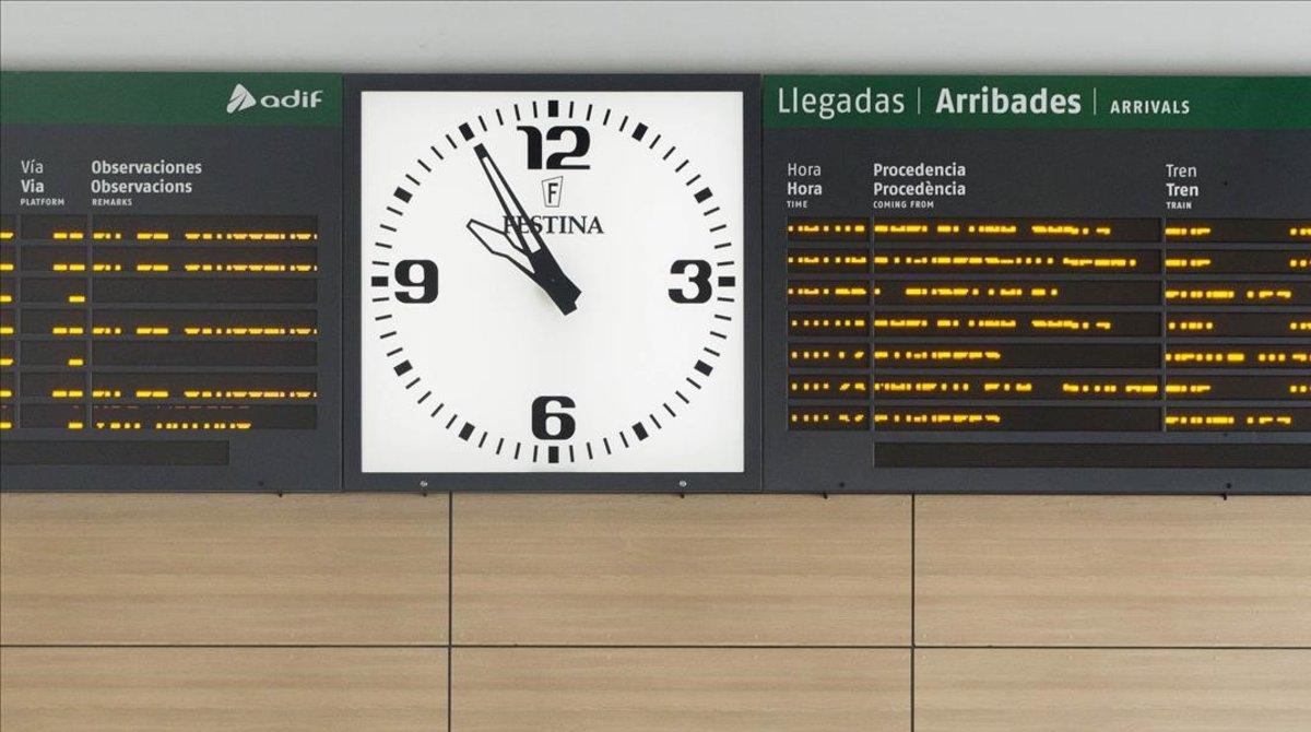 El panel informativo del AVE de Girona.