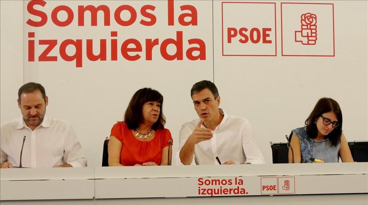 Pedro Sánchez, junto a sus principales colaboradores, este lunes en la sede del PSOE.