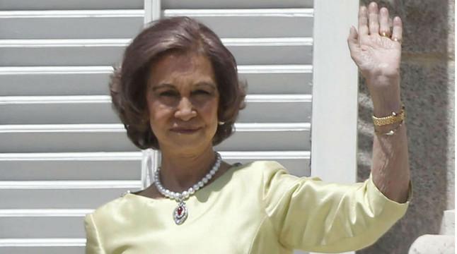 La reina Sofia saluda des del balcó del Palau Reial després de la proclamació del seu fill com a Felip VI.