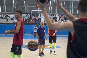 Pesic da instrucciones a sus jugadores en un entrenamiento en la Ciutat Esportiva