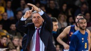 Pesic pide un tiempo muerto durante el partido de Euroliga contra el Olympiacos.