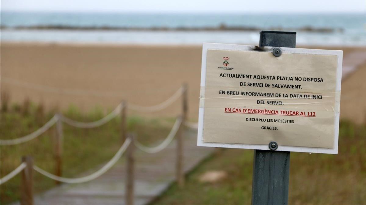 Playa de la Mota de Sant Pere con los polémicos carteles